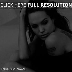 Анжелина Джоли чёрнобелое фото