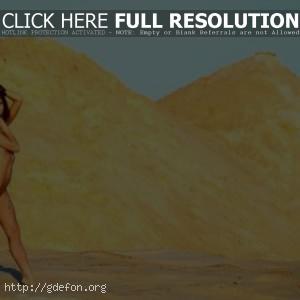 Голая в песках