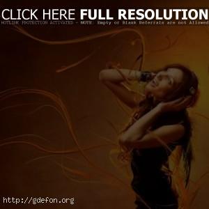 Девушка в наушниках слушает музыку