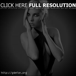 Блондинка в черном