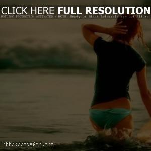 Девушка серфер со спины