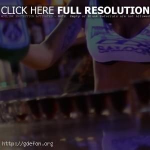 Девушка бармен