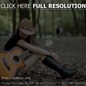 Девушка с гитарой в шляпе