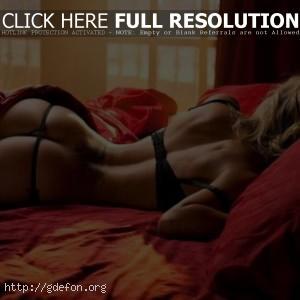 Девушка на кровати со спины