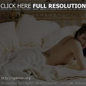 Анжелина Джоли в постели
