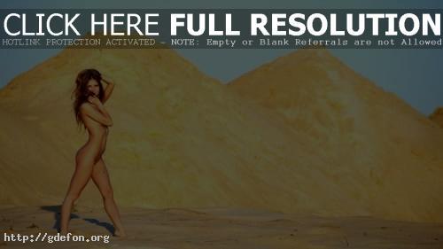 Обои Голая в песках фото картики заставки