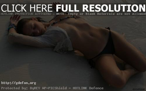 Обои Девушка на мокром песке фото картики заставки