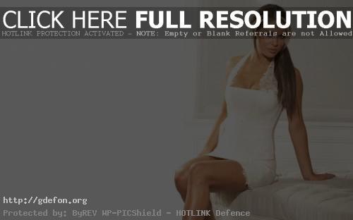 Обои Bianca Gascoigne в белом платье фото картики заставки