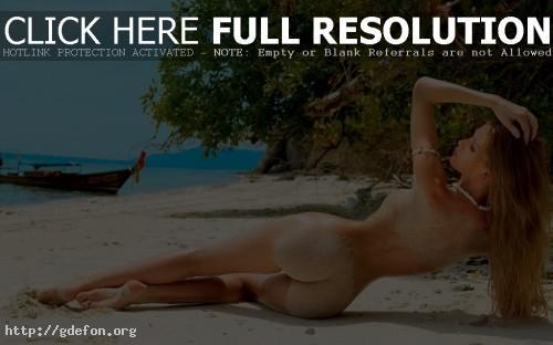 Обои Фото красивой девушки со спины на пляже фото картики заставки