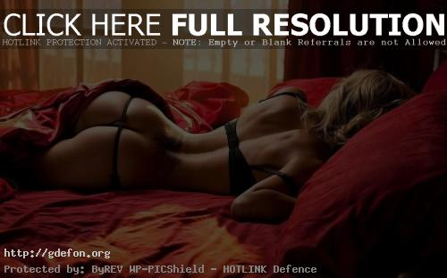 Обои Девушка на кровати со спины фото картики заставки