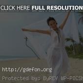 Восточная девушка на берегу острова