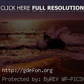 Багровый морской прибой в лучах заката