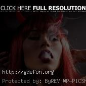 Рыжеволосая девушка с рожками