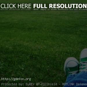 Зеленый, кеды, трава