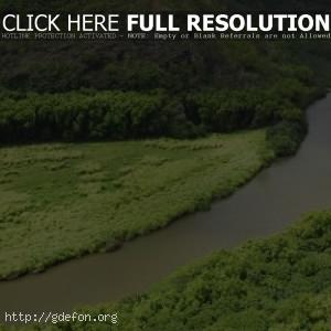 Река между холмов