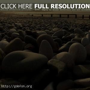 Галька на берегу пляжа