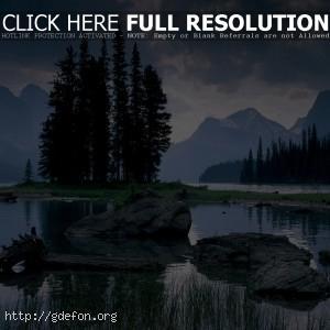 Горы, камни, озеро