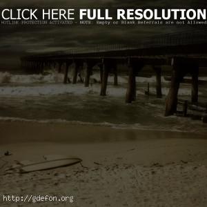 Разрушенный мост на берегу моря