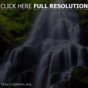 Водопад, камни, растения