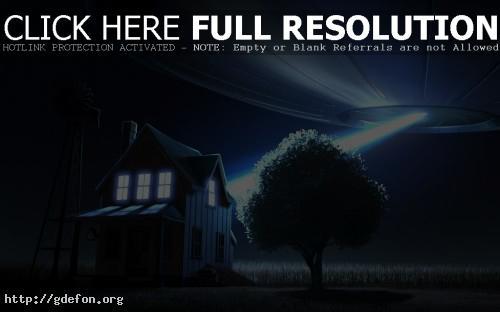 Обои НЛО, дерево, тарелка, дом, ночь, свет фото картики заставки