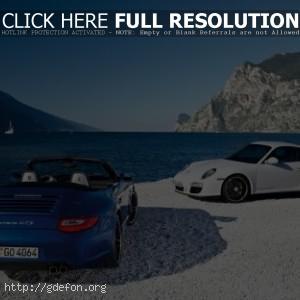 Белый и синий Porsche 911 Carrera GTS
