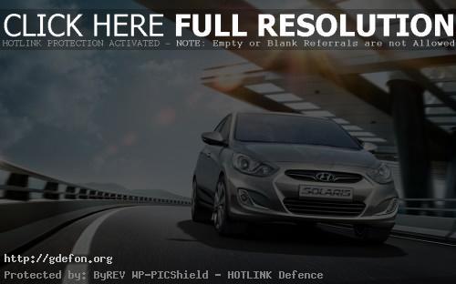 Обои Новый Hyundai Solaris серебристого цвета в движени фото картики заставки