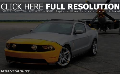 Обои Mustang возле самолёта фото картики заставки