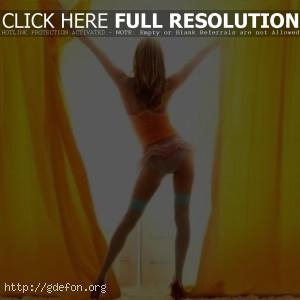 Фото девушки со спины у окна