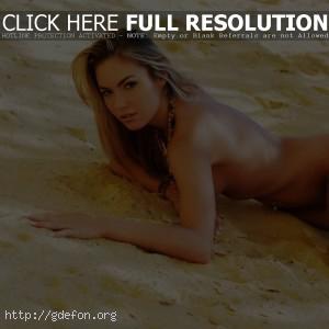 Лежа на песке
