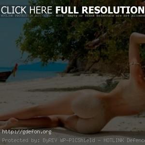 Фото красивой девушки со спины на пляже