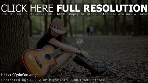Обои Девушка с гитарой в шляпе фото картики заставки