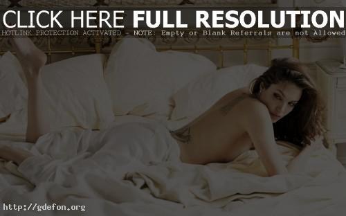 Обои Анжелина Джоли в постели фото картики заставки