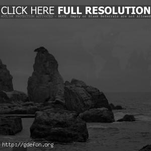 Скала, море, небо, черно-белое