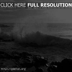 Волны бьют о камни
