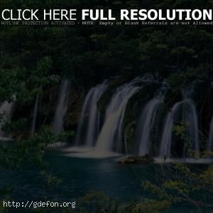 Водопад, лес, камни