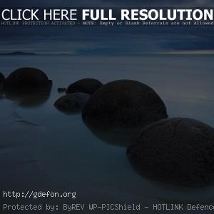 Камни, шары, берег, облака