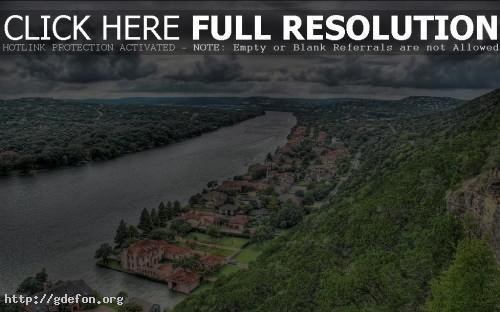 Обои Река, посёлок, горы, небо, тучи фото картики заставки