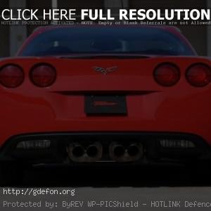 Красный Chevrolet Corvette вид сзади
