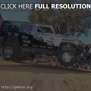 Hummer H3 в прыжке