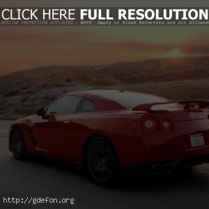 Красный Nissan GT-R